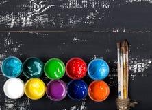 Künstler `s Werkstatt Einzelteile für Kind-` s Kreativität auf einem hölzernen Hintergrund Acrylfarbe und Bürsten auf weißem hölz Lizenzfreies Stockbild