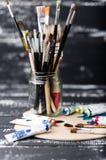 Künstler `s Werkstatt Einzelteile für Kind-` s Kreativität auf einem hölzernen Hintergrund Acrylfarbe und Bürsten auf weißem hölz Lizenzfreie Stockfotografie