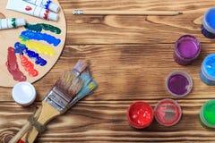 Künstler `s Werkstatt Einzelteile für Kind-` s Kreativität auf einem hölzernen Hintergrund Acrylfarbe und Bürsten auf weißem hölz Stockbilder