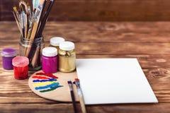 Künstler `s Werkstatt Einzelteile für Kind-` s Kreativität auf einem hölzernen Hintergrund Acrylfarbe und Bürsten auf weißem hölz Stockfoto