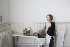 Künstler-Standing By Dirty-Wanne im Studio Lizenzfreie Stockfotografie