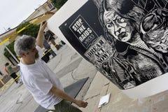 Künstler trägt eben gedrucktes Stück Stockfotos