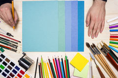 Künstler und bunte Werkzeuge Stockbild