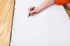 Künstler zeichnet Bleistiftmuster auf Seide Stockfotografie