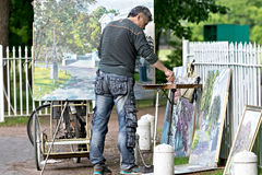 Künstler zeichnet eine Abbildung Stockbilder