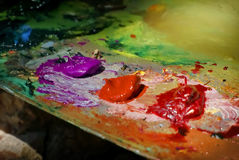 Künstlerbürstenmischungs-Farbölgemälde auf Palette Stockbilder