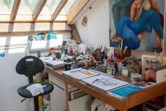 Künstlerdachboden mit Malzeug stockbild