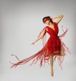 Künstlerin Dancing im roten Kleid, Mädchen mit Band auf Augen Stockbild