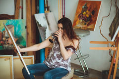 Künstlerin, die ein Bild in einem Studio malt Stockbilder