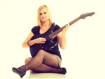 Künstlerinspieler mit E-Gitarre Stockfotos