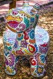 Künstlerisch gemalte Tierbank am Zoo stockfotos
