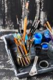 Künstlerische Ausrüstung Bürsten und Farben für das Zeichnen Einzelteile für Kind-` s Kreativität Stockfotografie