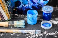Künstlerische Ausrüstung Bürsten und Farben für das Zeichnen Einzelteile für Kind-` s Kreativität Stockfoto