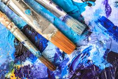 Künstlerische Ausrüstung Bürsten und Farben für das Zeichnen Einzelteile für Kind-` s Kreativität Stockfotos