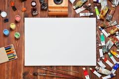 Künstlerische Ausrüstung: Farbe, Tinte, Bleistifte, Bürsten Lizenzfreie Stockfotos