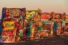 Künstlerische Autos mit Graffiti außerhalb Amarillos lizenzfreie stockbilder