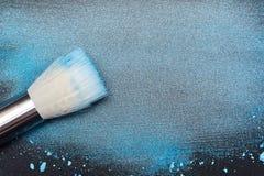 Künstlerische Bürste auf Partikeln des kosmetischen Produktes Lizenzfreie Stockbilder