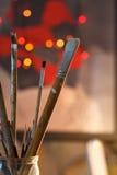 Künstlerische Bürsten in der Werkstatt Bürstet Künstler auf einem Zusammenfassung unscharfen Hintergrund im Studio für Künstler Lizenzfreie Stockfotos