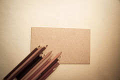Künstlerische Bleistifte und Farbpapier Stockfotografie