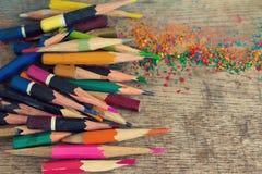 Künstlerische bunte übereingestimmte alte Bleistifte auf dem hölzernen Hintergrund Stockbild