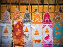 Künstlerische bunte dekorative Flaggen und anderes Elementritualzubehör Stockfotos