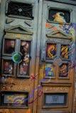 Künstlerische bunte Türen in im Stadtzentrum gelegenem Belgrad Lizenzfreies Stockbild