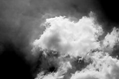 Künstlerische drastische Atmosphärenpanoramaansicht von Wolken Stockfotos