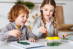 Künstlerische Kinder, die ihr Hobby während des Wochenendes genießen Stockbild