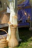 Künstlerische Korbwarenweide Ein großer Vase für Blumen Designer J Stockbild