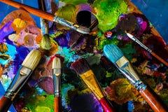 Künstlerische Malerpinsel und Palette Stockfotografie