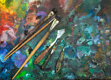 Künstlerische Malerpinsel und Palettenmesser Lizenzfreie Stockfotografie