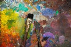 Künstlerische Malerpinsel und Palettenmesser Stockfotos