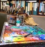 Künstlerische Malerpinsel und Palettenmesser Lizenzfreie Stockfotos
