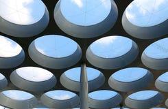 Künstlerische runde Fenster in einer äußeren Decke Stockfotos