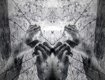 Künstlerische surreale gequälte Hände, die hoffnungslos Stacheldraht greifen Stockfotografie