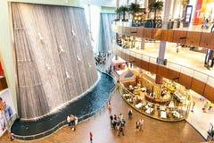 Künstlerische Wasserfälle in Dubai-Mall Stockbilder