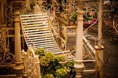 Künstlerische Weinlese redigieren von einem rustikales Metallrostigen Stuhl und von anderem Br Lizenzfreie Stockfotografie