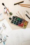 Künstlerische Werkzeuge auf kreativem Arbeitsplatz stockfotografie