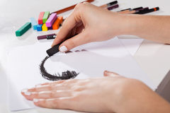Künstlerische Werkzeuge und Frau Pastell gemalt stockbild