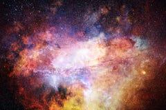 Künstlerische Zusammenfassungs-mehrfarbige glatte Galaxie mit einem glühenden Mittelhintergrund stockbild