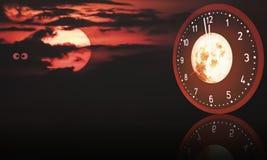 Künstlerischer Halloween-Hintergrund auf Mitternachtszeit Lizenzfreie Stockbilder