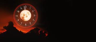 Künstlerischer Halloween-Hintergrund auf Mitternachtszeit Stockfotos