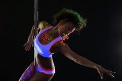 Künstlerischer Pfostentänzer mit Neonmuster auf Körper Stockbilder