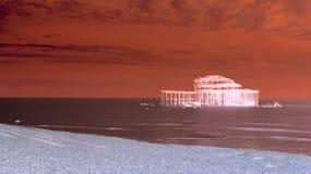 Künstlerischer roter Brighton West Pier lizenzfreie stockfotografie