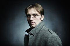 Künstlerisches dunkles Portrait des jungen schönen Mannes Lizenzfreies Stockbild