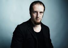 Künstlerisches dunkles Portrait des jungen schönen Mannes Stockfotografie