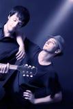 Künstlerisches Duo der Musiker auf dem Konzert stockfotografie