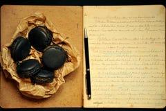 Künstlerisches Frühstück mit macarons und handgeschriebenen Anmerkungen Lizenzfreie Stockfotos