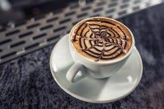 Künstlerisches Muster der Kaffeekunst auf Latte oder Cappuccino stockbilder