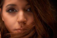Künstlerisches Nahaufnahmefoto einer jungen Frau lizenzfreies stockbild